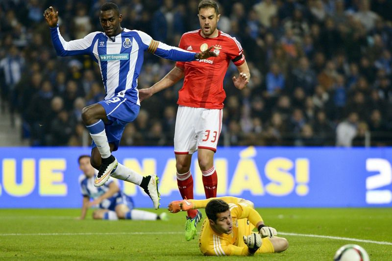 FC Porto vs Benfica • FC Porto's player Jackson Martinez (L) in action against Benfica's goalkeeper Julio Cesar (DOWN) and Jardel (C) during their Portuguese First League soccer match held at Dragao stadium in Porto, Portugal, 14 December 2014. OCTAVIO PASSOS/LUSA • © 2014