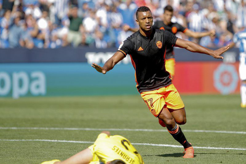 Nani marca ao Leganés • epa05555276 Valencia´s midfielder, Portuguese Luis Nani celebrates his goal against Leganes during the Spanish Primera Division soccer match at Butarque stadioum in Madrid, 25 September 2016.  • EPA/CHEMA MOYA