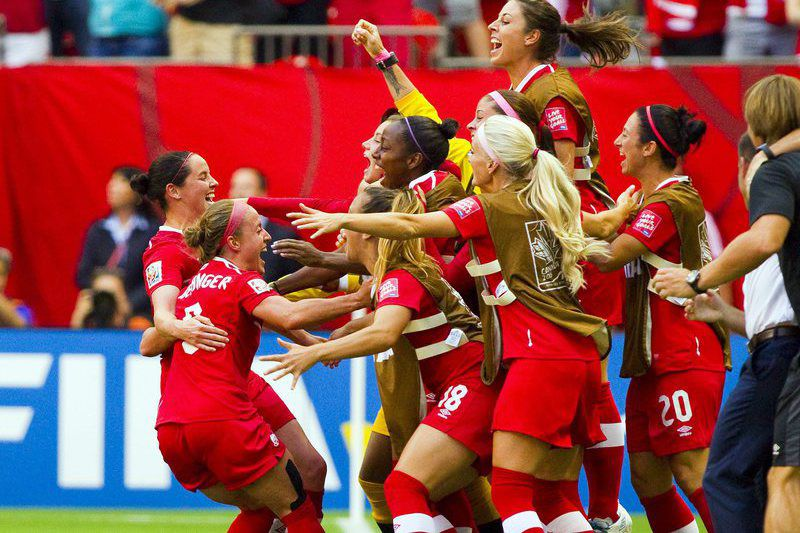 Josee Belanger celebra o golo do Canadá • Josee Belanger (2-L) of Canada celebrates with teammates after scoring a goal against Switzerland in the second half during the FIFA Women's World Cup 2015 match between Canada and Switzerland in Vancouver, Canada, 21 June 2015.  • EPA/BEN NELMS