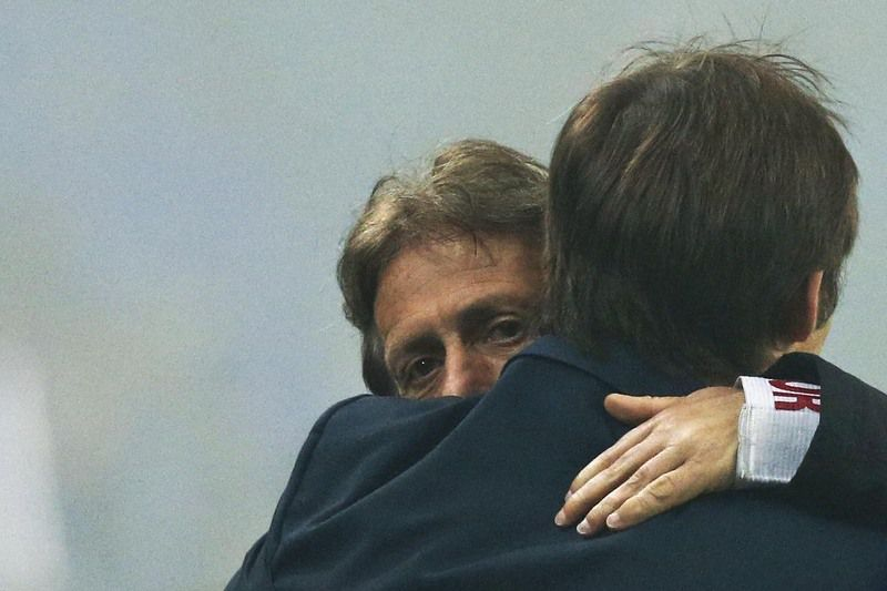FC Porto vs Benfica • Benfica's head coach Jorge Jesus (L) hugs FC Porto's head coach Julen Lopetegui (R) during their Portuguese First League soccer match against FC Porto held at Dragao stadium in Porto, Portugal, 14 December 2014. OCTAVIO PASSOS/LUSA • © 2014
