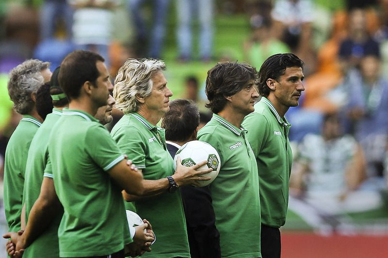 Sporting vs Olympique Lyon • Sporting's head coach Jorge Jesus (C) moments before the team's presentation game against Olympique Lyon at Alvalade Stadium, in Lisbon, Portugal, 23 July 2016. MARIO CRUZ/LUSA • Lusa