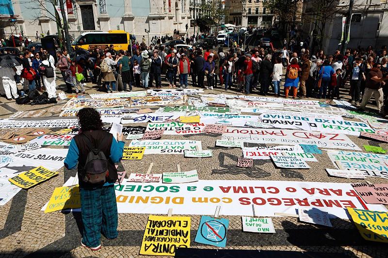 Resultado de imagem para Mais de mil pessoas protestam contra prospeção de petróleo em Aljezur e lembram derrames na Galiza e no Golfo do México