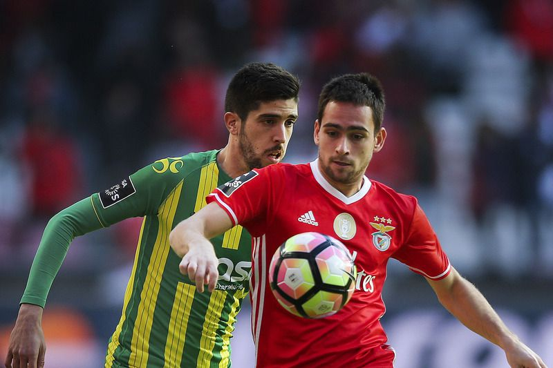 Benfica vs Tondela • Benfica's player Zivkovic (R) in action with Tondela's player Ruca (L) during their Portuguese First League soccer match at Luz stadium in Lisbon, Portugal, 22 January 2017. MARIO CRUZ/LUSA • © 2017 LUSA - Agência de Notícias de Portugal, S.A.