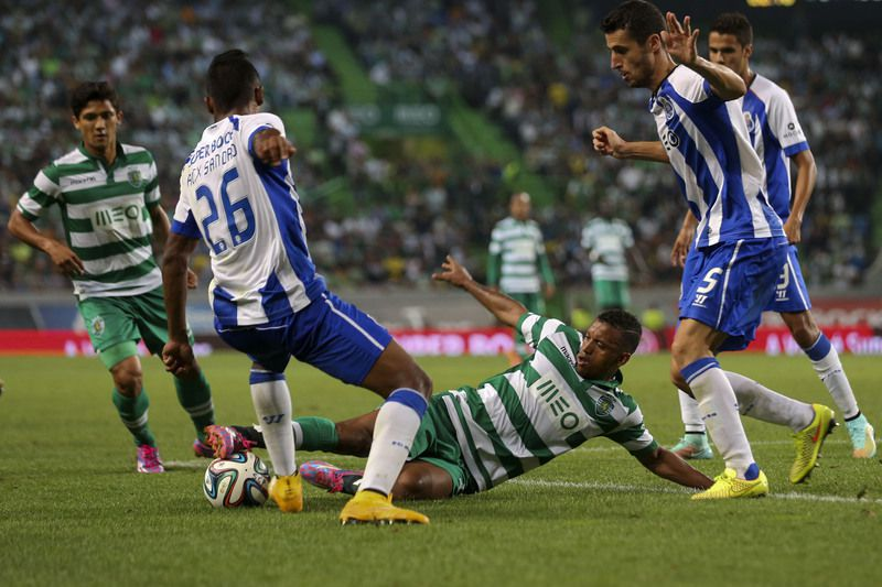 Sporting Lisbon vs FC Porto • Sporting´s player Nani (C) vies for the ball with Alex Sandro (2-L) and Marcano (R) of  FC Porto during their Portuguese First League match held at Alvalade Stadium in Lisbon, Portugal, 26 September 2014. JOSE SENA GOULAO/LUSA • Lusa