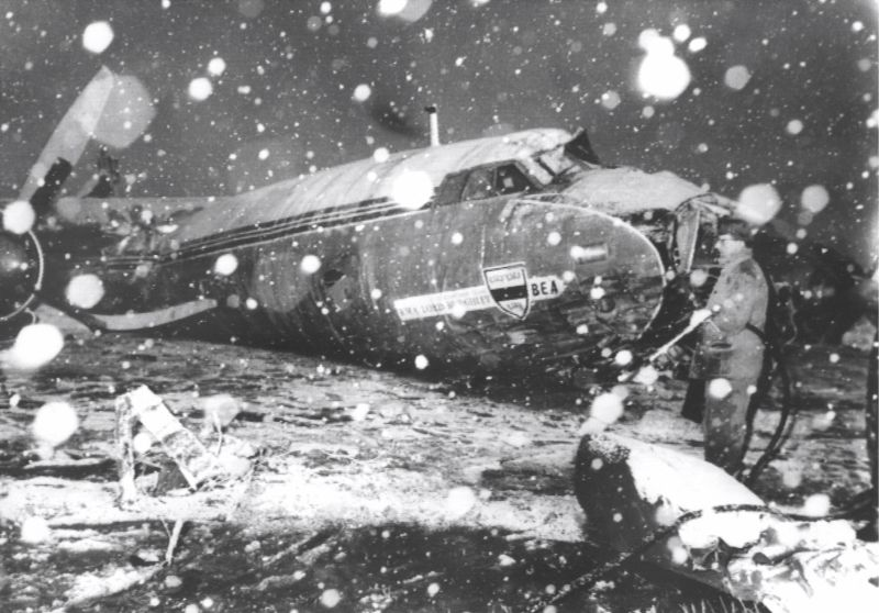 epa06499974 (FILE) - The snow-covered front part of the crashed 'BEA-Elizabethan' charter plane in Munich, Germany, 07 February 1958 (reissued 06 February 2018). A day before, the British plane with 44 aboard had crashed short after lift off in heavy snowfall. The aircraft crashed onto a house, killing 23 people, among them eleven members of English soccer club Manchester United, who were on their way home from a European Cup match in Belgrade. Sir Bobby Charlton has sent a letter to players of Manchester United asking them not to forget those who died in the Munich air disaster to mark the 60th anniversary of the tragedy on 06 February 2018.  EPA/KLAUS HEIRLER GERMANY OUT