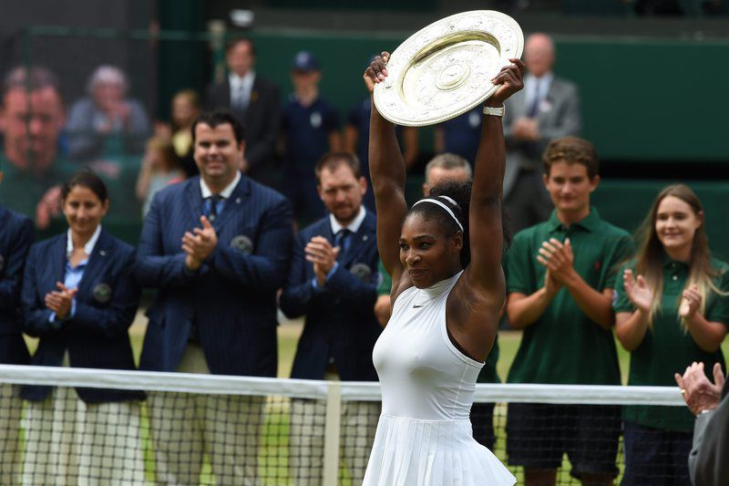 Wimbledon Championships • epa05417152 Serena Williams of the US lifts the championship trophy as she celebrates her win over Angelique Kerber of Germany in their ladies' singles final during the Wimbledon Championships at the All England Lawn Tennis Club, in London, Britain, 09 July 2016  EPA/GERRY PENNY EDITORIAL USE ONLY/NO COMMERCIAL SALES • Lusa