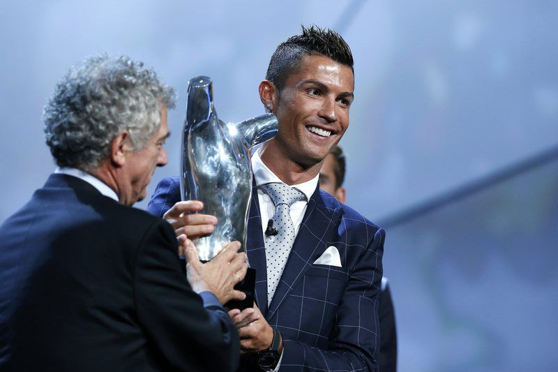 UEFA Best Player in Europe Award • epa05510001 Portuguese player Cristiano Ronaldo of Real Madrid (R) receives from Spanish UEFA President Angel Maria Villar (L) the UEFA's Best Player in Europe 2015/2016 award at Grimaldi Forum, Monte Carlo, Monaco, 25 August 2016.  EPA/SEBASTIEN NOGIER • Lusa
