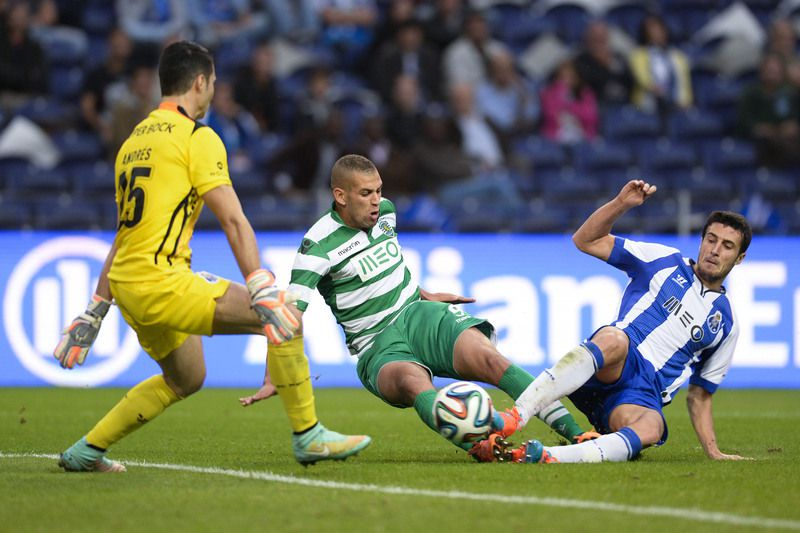 sporting x fc porto • FC Porto's  goalkeeper, Andres Fernandez (L) and Jose Angel (R) vies for the ball with, Islam Slimani (C) of Sporting of Lisbon during the Portugal Cup soccer match held at Dragao stadium in Porto, Portugal, 18 October 2014. FERNANDO VELUDO/LUSA • © 2014