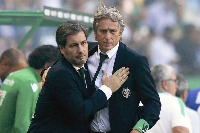 bruno de carvalho e jesus • Sporting Lisbon president, Bruno Carvalho (L), greets the team`s head coach, Jorge Jesus, during the Portuguese First League soccer match with FC Porto held at Alvalade Stadium, Lisbon, Portugal, 28th August 2016.  MANUEL DE ALMEIDA/LUSA • © 2016 LUSA - Agência de Notícias de Portugal, S.A.