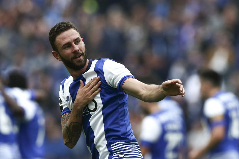 FC Porto vs Boavista • FC Porto's player Miguel Layún celebrates after scoring a goal against  Boavista during the Portuguese First League soccer match held at Dragao stadium in Porto, Portugal, 14 may 2016. ESTELA SILVA/LUSA • Lusa