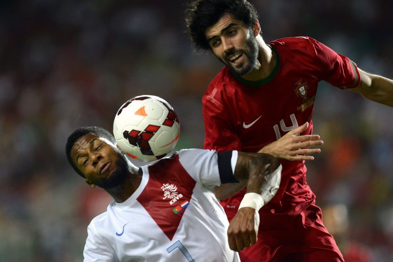 Netherland's forward Jeremain Lens (L) vies with Portugal's defender Luis Neto during the Portugal vs Netherlands friendly football match at Algarve Stadium in Faro, southern Portugal, on August 14, 2013. AFP PHOTO/ FRANCISCO LEONG