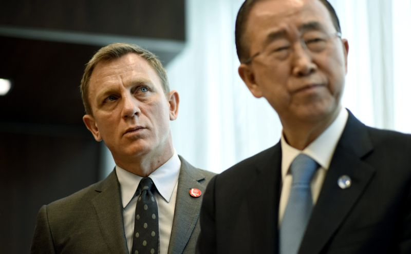 epa04704341 British actor Daniel Craig (L) and United Nations Secretary General Ban Ki-moon (R) during a meeting at United Nations headquarters in New York, New York, USA, 14 April 2015. Craig was designated as the UN Global Advocate for the Elimination of Mines and Explosive Hazards.  EPA/JUSTIN LANE