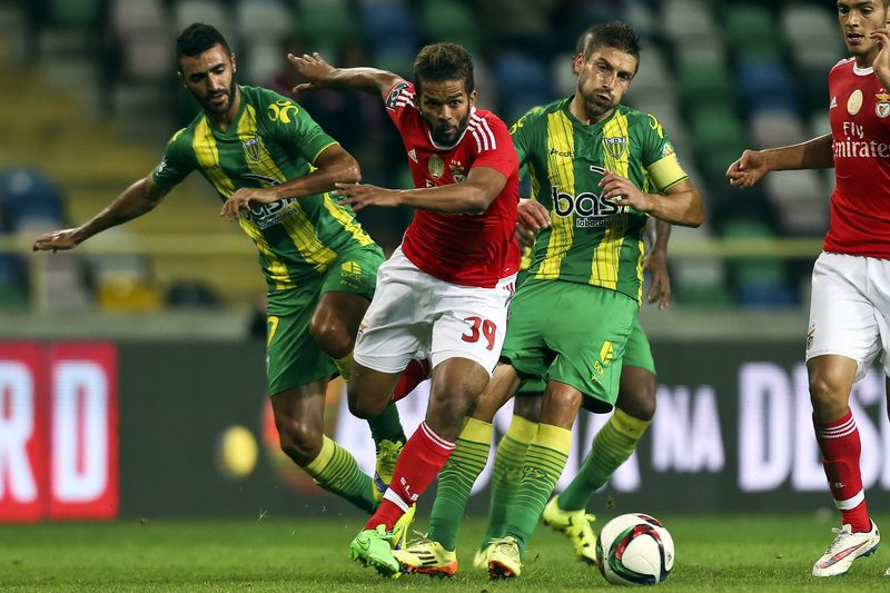 Tondela vs Benfica • Tondela´s Nuno Santos (R) fights for the ball with Benfica´s Carcela (C) during their Portuguese First League held at Aveiro Stadium, Portugal, 30 October 2015. PAULO NOVAIS/LUSA • Lusa