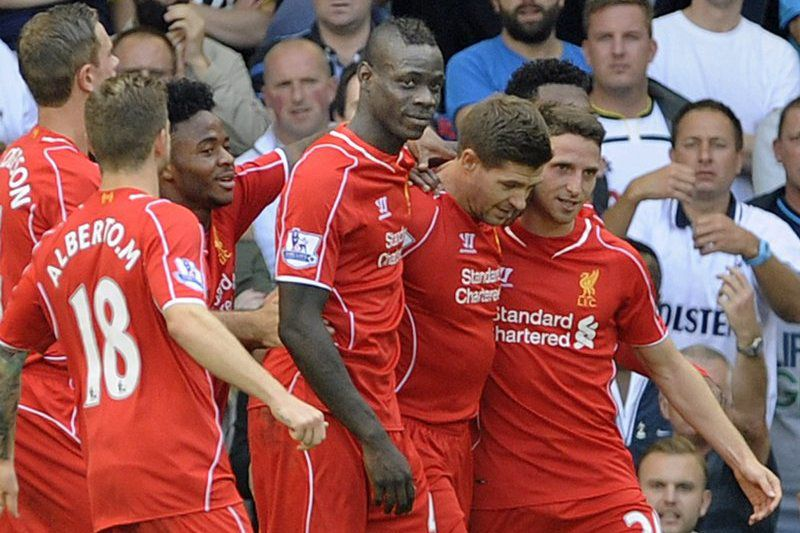 Liverpool vence na estreia de Balotelli • epa04377516 Liverpool's Steven Gerrard (2ndR) celebrates scoring their second goal from the penalty spot against Tottenham Hotspur during their English Premier League match at White Hart Lane, London, Britain, 31 August 2014.  EPA/GERRY PENNY www.epa.eu/files/Terms%20and%20Conditions/DataCo_Terms_and_Conditions.pdf <https://www.epa.eu/files/Terms%20and%20Conditions/DataCo_Terms_and_Conditions.pdf>