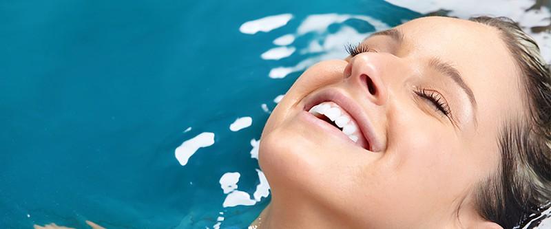 Dicas para proteger os cabelos dos efeitos da praia e piscina ... 54f0e028eb6
