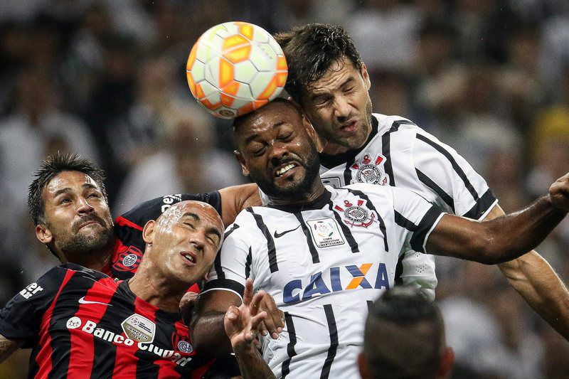 Corinthians vs San Lorenzo • epa04708011 Vagner Love (2-R) and Felipe (R) of Corinthians vie for the ball with Hector Villalba (2-L) and Matias Caruzzo (L) of San Lorenzo during their match of the Libertadores Cup in Sao Paulo, Brazil, 16 April 2015.  EPA/RICARDO NOGUEIRA • Lusa