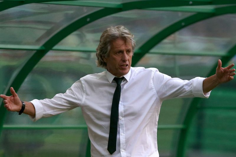 Sporting vs Maritimo • Sporting`s head coach Jorge Jesus gives instructions to his players during their Portuguese First League soccer match against Maritimo held at Alvalade Stadium, Lisbon, Portugal, 13 August 2016.  MANUEL DE ALMEIDA/LUSA • Lusa