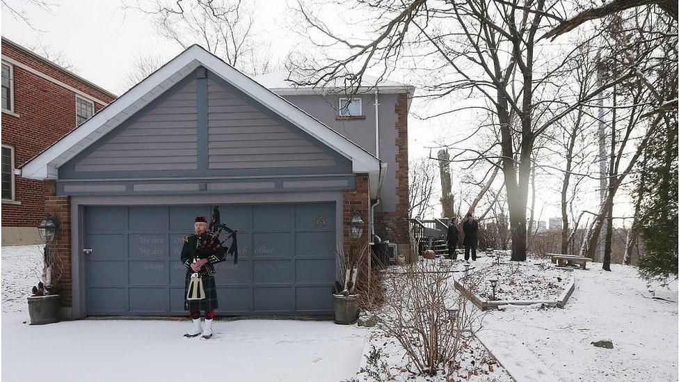 Homem toca gaita de fole em Toronto, no Canadá