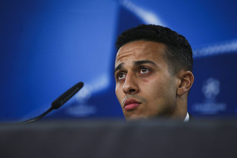 Thiago Alcântara • epa05255931 Bayern Munich's player Thiago Alcantara attends a press conference at Luz stadium, in Lisbon, Portugal, 12 April 2016. Bayern Munich will play against Benfica in an UEFA Champions League quarterfinal second leg match on 13 April 2016.  EPA/MARIO CRUZ