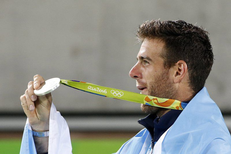 Olympic Games 2016 Tennis • epa05485729 Silver medal winner Juan Martin del Potro of Argentina celebrates after the awarding ceremony of men's singles gold medal match of the Rio 2016 Olympic Games Tennis events at the Olympic Tennis Centre in the Olympic Park in Rio de Janeiro, Brazil, 14 August 2016.  EPA/MICHAEL REYNOLDS • Lusa