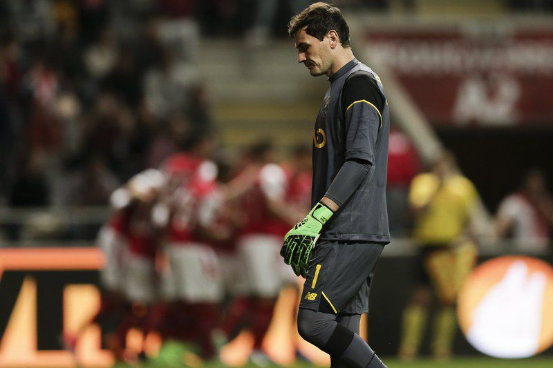 Pedro Santos marca a Iker Casillas • epa05909953 FC Porto's goalkeeper Iker Casillas reacts after suffering a goal from SC Braga during the Portuguese First League soccer match between SC Braga and FC Porto held at Braga Municipal Stadium in Braga, Portugal, 15 April 2017.  • EPA/ESTELA SILVA