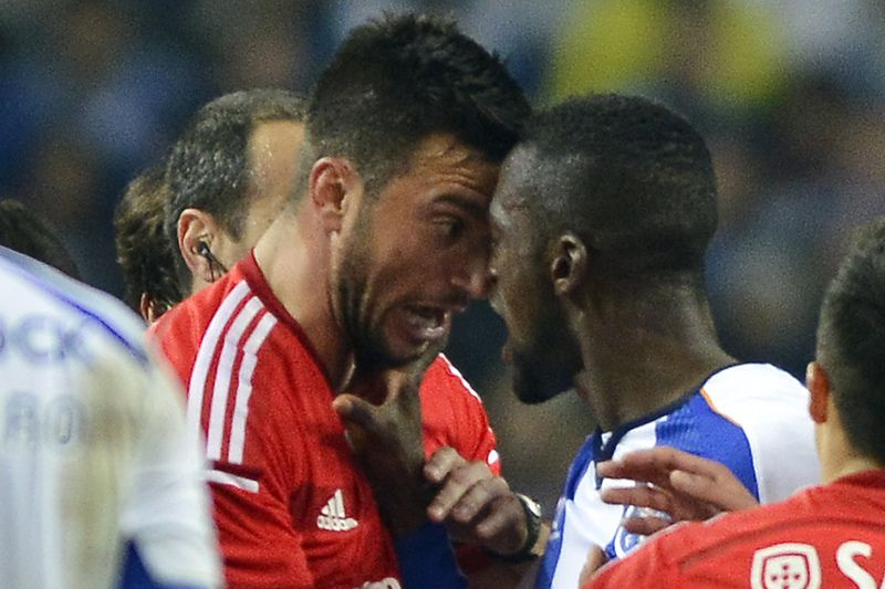Jackson Martinez e Samaris desentendem-se • FC Porto's Jackson Martinez (R) and Benfica's Samaris (L) argue during their Portuguese League soccer match held at Dragao stadium in Porto, Portugal, 14 December 2014.  • OCTAVIO PASSOS/LUSA