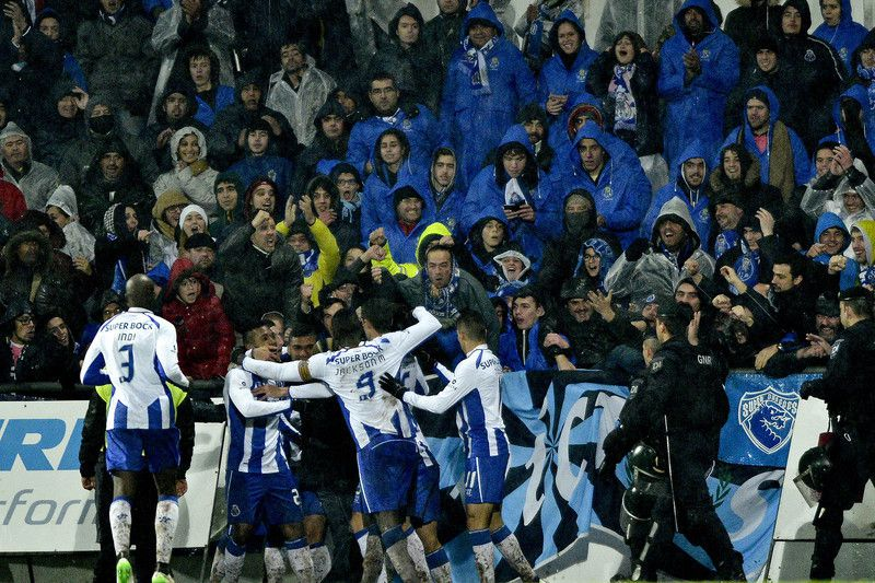 Penafiel vs FC Porto • Oliver Torres (2-R) of FC Porto's celebrating with is teammates a goal against Penafiel during a Portuguese First League soccer match held at 25 Abril stadium in Penafiel, Portugal, 17 January 2015. OCTÁVIO PASSOS/LUSA • LUSA2015