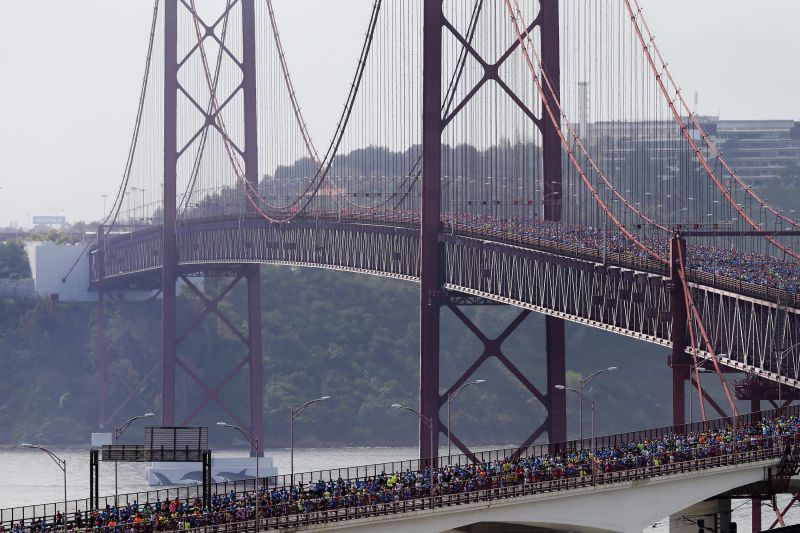epa03638871 Thousands of athletes cross the 25th April bridge over the Tagus river during their participation at the 23th Lisbon Half Marathon, in Lisbon, Portugal, 24 March 2013. EPA/JOAO RELVAS