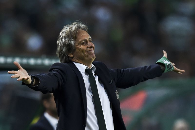 Sporting - Benfica • Sporting's head coach Jorge Jesus gestures from the sideline during the Portuguese League football match Sporting CP vs SL Benfica at Alvalade stadium on April 22, 2017. / AFP PHOTO / PATRICIA DE MELO MOREIRA • AFP or licensors