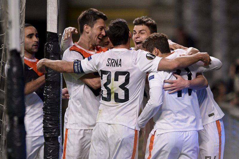 SC Braga vs Shakhtar Donetsk • epa05248846 Shakhtar Donetsk player Ferreyra (2L) celebrates with his teammates after scoring a goal against SC Braga during the UEFA Europa League quarter-finals soccer match held at Braga´s Municipal Stadium, Braga, Portugal 07 April 2016.  EPA/HUGO DELGADO • Lusa