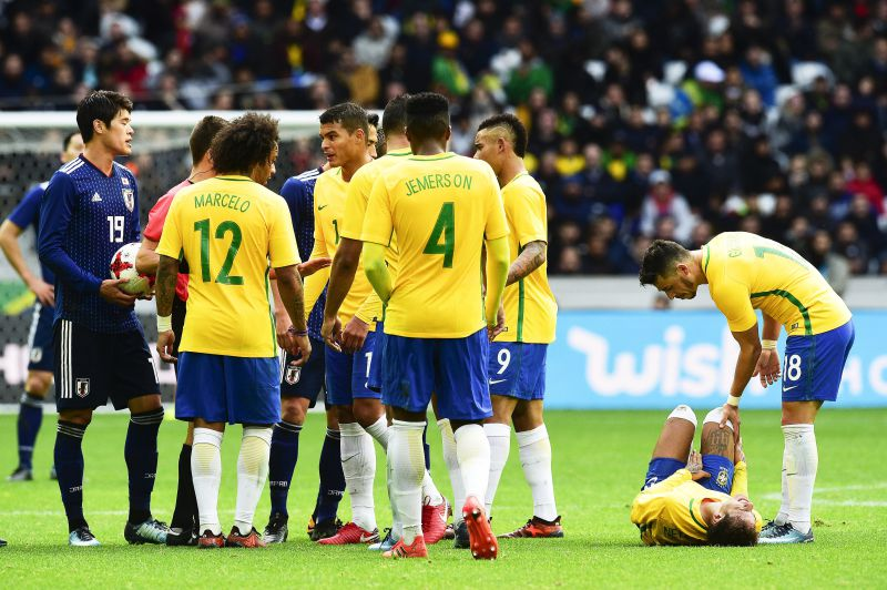epa06320353 Giuliano (R) of Brazil looks after his teammate Neymar (2-R) during the International Friendly soccer match between Japan and Brazil in Lille, France, 10 November 2017.  EPA/JEAN-BAPTISTE AUTISSIER FRANCE OUT / BELGIUM OUT