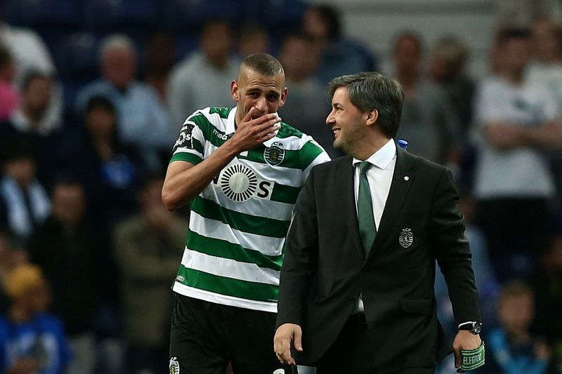 FC Porto vs Sporting • Sporting´s President Bruno de Carvalho (R) speaks with Slimani (L) after the end of the Portuguese First League soccer match against FC Porto held at Dragao stadium in Porto, Portugal, 30 April 2016. ESTELA SILVA/LUSA • Lusa