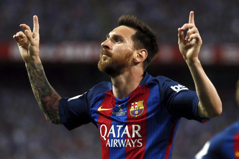 Messi celebra um golo na final da Taça do Rei • epa05994329 FC Barcelona's Argentinian striker Lionel Messi jubilates the first goal of the team during the King's Cup final match between FC Barcelona and Deportivo Alaves at the Vicente Calderon stadium, in Madrid, Spain, 27 May 2017.  • EPA/Mariscal
