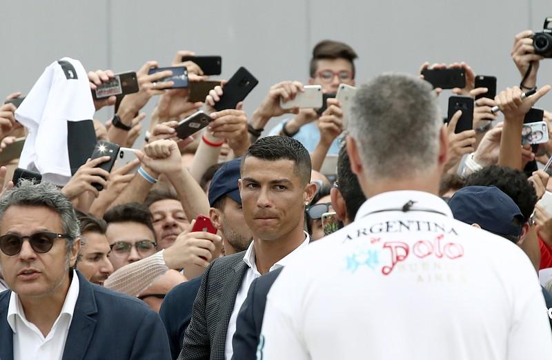 0d05a2505 Loucura CR7 já está instalada perto do estádio da Juventus Cristiano Ronaldo  ...