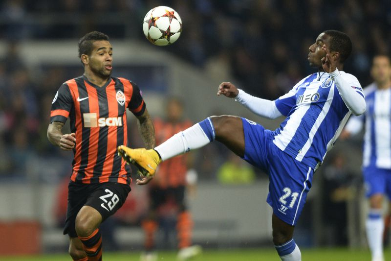 FC Porto vs Shaktar Donetsk • Shakhtar Donetsk's Brazilian midfielder Alex Teixeira (L) vies with Porto's forward Ricardo Pereira during the UEFA Champions League Group H football match FC Porto vs FC Shakhtar Donetsk at the Dragao stadium in Porto on December 10, 2014.     AFP PHOTO/ MIGUEL RIOPA