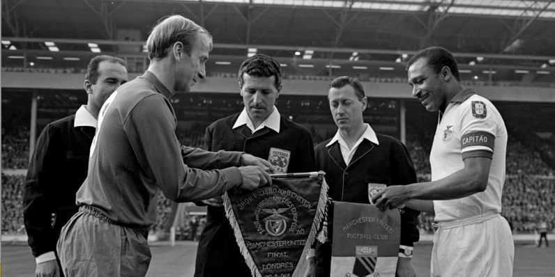 Bobby Charlton e Mário Coluna trocam galhardetes antes da final da Taça dos Clubes Campeões Europeus de 1968