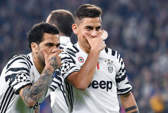 Dani Alves e Dybala • epa05848577 Juventus' Paulo Dybala (R) jubilates with his teammate Dani Alves after scoring by penalty the 1-0 goal during the UEFA Champions League round of 16, second leg, soccer match Juventus FC vs FC Porto at Juventus Stadium in Turin, Italy, 14 March 2017.  EPA/ALESSANDRO DI MARCO