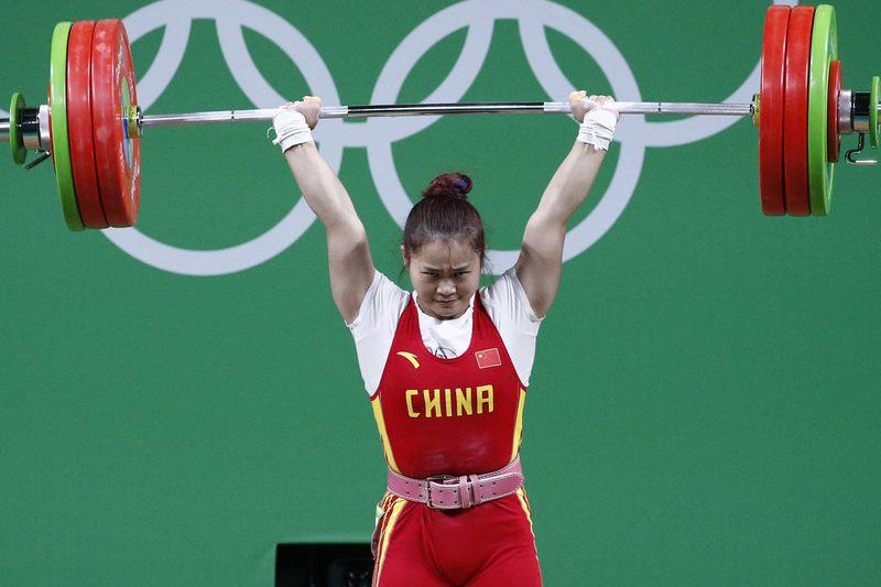 Olympic Games 2016 Weightlifting • epa05468693 Deng Wei of China makes an attempt during the women's 63kg category of the Rio 2016 Olympic Games Weightlifting events at the Riocentro in Rio de Janeiro, Brazil, 09 August 2016.  EPA/LARRY W. SMITH • Lusa