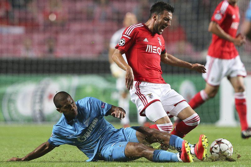 Samaris e Rondon disputam a bola na Luz • Samaris (R) of SL Benfica fights for the ball with Jose Rondon of FC Zenit Saint Petersburg during their UEFA Champions League Group C opening round match held at Luz Stadium in Lisbon, Portugal, 16 September 2014. • EPA/MIGUEL A. LOPES