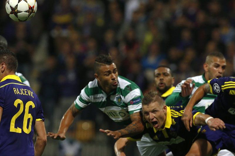 Maurício disputa a bola • Central do Sporting teve muitas culpas no golo do Maribor. • EPA/ANTONIO BAT