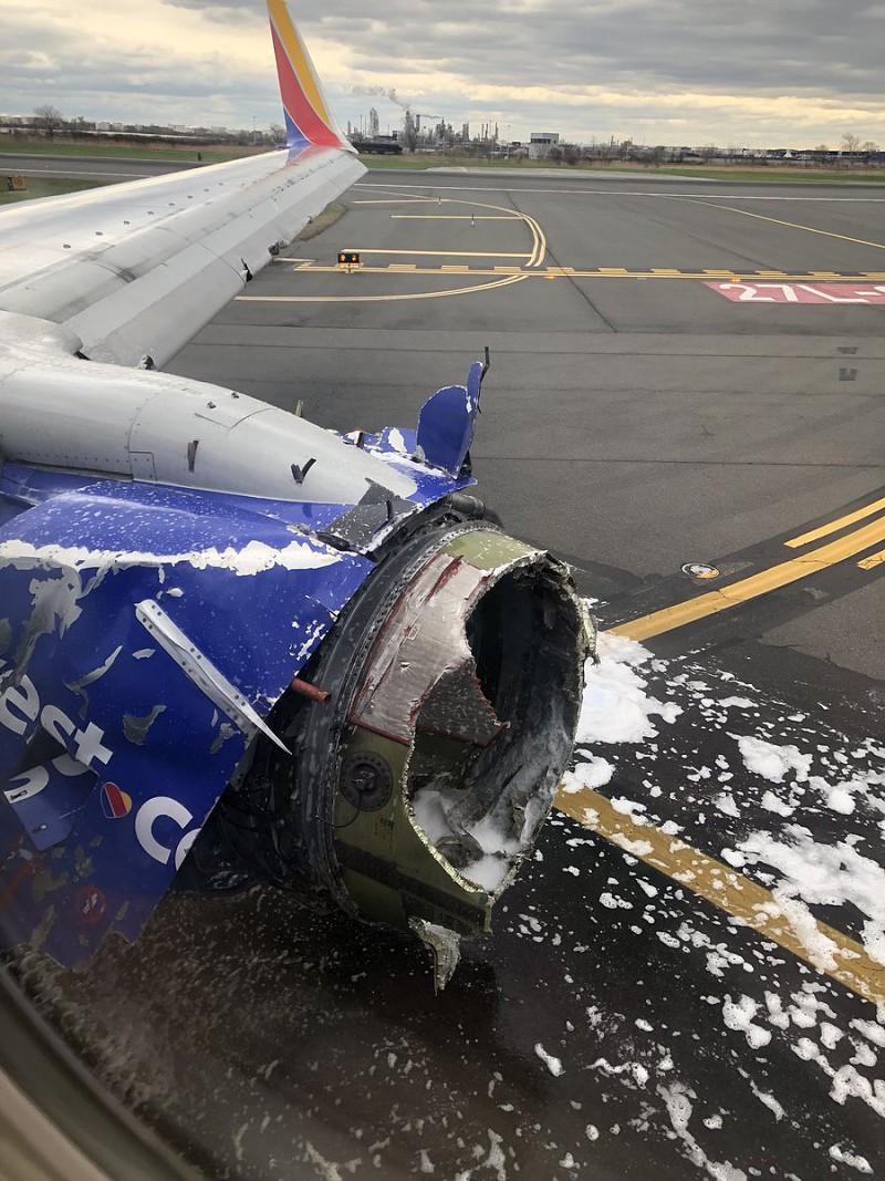 EUA: Motor de avião explode e parte janela em pleno voo. Uma pessoa morreu
