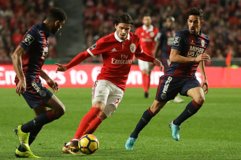 epa06458676 Benfica's Krovinovic (C) in action against Desportivo de Chaves´s Domingos (L) and Maras (R) during their Portuguese First League soccer match held at Luz stadium, Lisbon, Portugal, 20 January 2018. EPA/MANUEL DE ALMEIDA