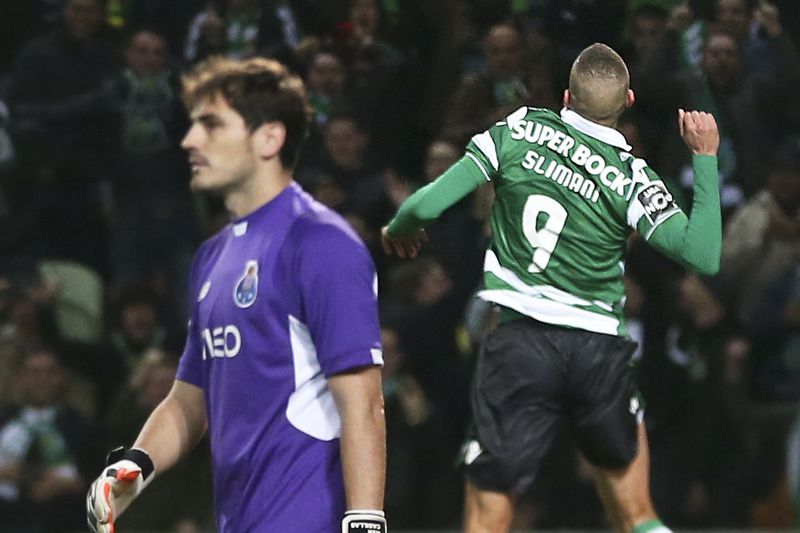 Sporting CP vs FC Porto • Sporting of Lisbon forward Islam Slimani (R) celebrating  during the Sporting of Lisbon vs FC Porto  first league soccer match 02 january 2016 at the Alvalade XXI stadium, in Lisbon. MANUEL DE ALMEIDA / LUSA • Lusa