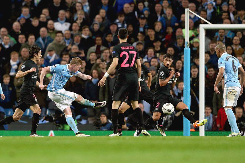 Kevin De Bruyne marca o golo da vitória do Manchester City • epa05256109 Manchester City's Kevin De Bruyne (2-L) scores the 1-0 lead during the UEFA Champions League quarter final, second leg soccer match between Manchester City and Paris Saint-Germain in Manchester, Britain, 12 April 2016.  • EPA/NIGEL RODDIS