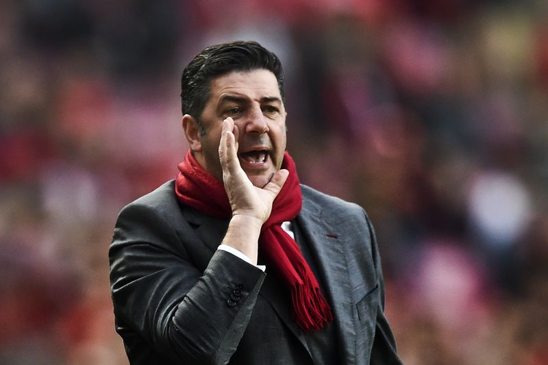 Benfica's head coach Rui Vitoria shouts from the sideline during the Portuguese league football match SL Benfica vs CD Tondela at the Luz stadium in Lisbon on January 22, 2017. / AFP PHOTO / PATRICIA DE MELO MOREIRA • PATRICIA DE MELO MOREIRA / AFP