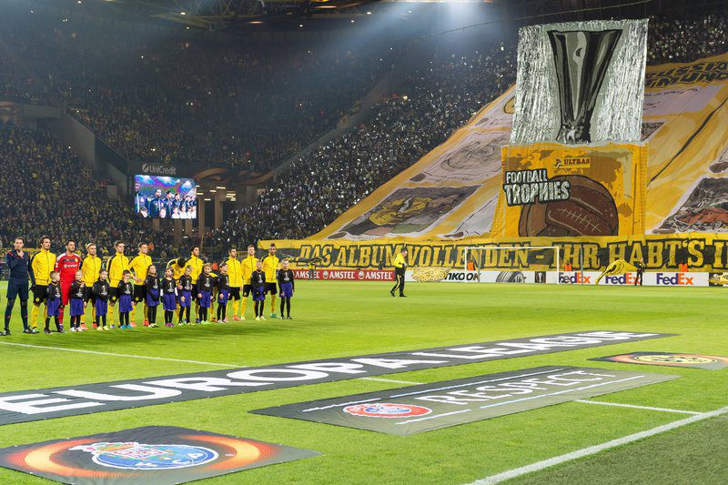 Ambiente hostil para o FC Porto no Signal Iduna Park • epa05168926 Borussia Dortmund's team standing in front of a choreography in the southern stand before the UEFA Europa League knockout match between Borussia Dortmund and FC Porto in the Signal Iduna Park in Dortmund, Germany, 18 February 2016.  • EPA/GUIDO KIRCHNER