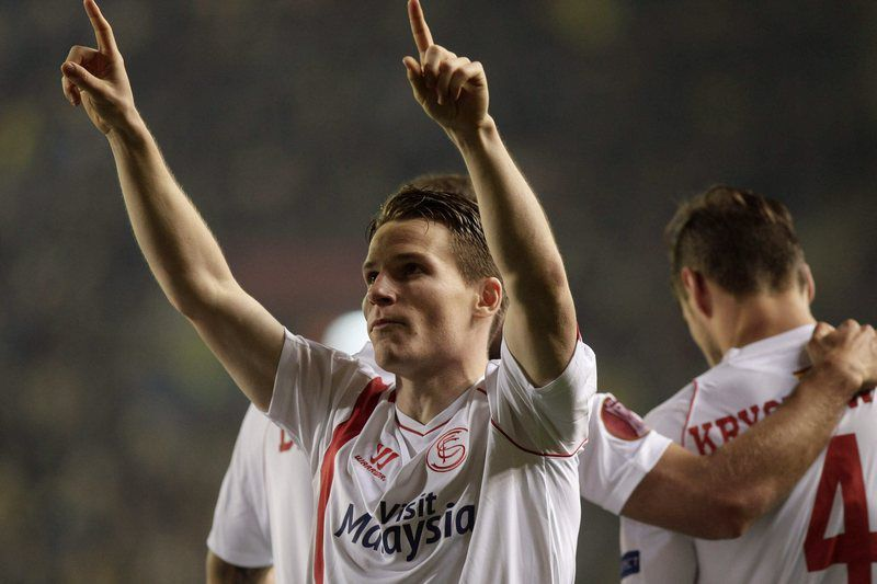 Kevin Gameiro celebra golo marcado • epa04659841 Sevilla's French striker Kevin Gameiro (L) celebrates after scoring his team's third goal during their UEFA Europa League round of 16 first leg soccer match at El Madrigal stadium in Villarreal city, eastern Spain, 12 March 2015.  • EPA/MANUEL BRUQUE