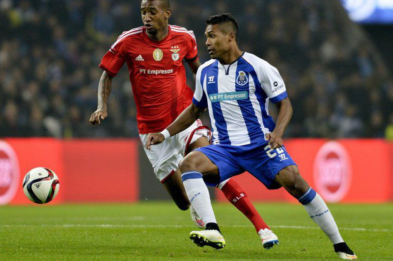 FC Porto vs Benfica • epa04529770 FC Porto's player Alex Sandro (R) in action against Benfica's Talisca (L) during their Portuguese First League soccer match held at Dragao stadium in Porto, Portugal, 14 December 2014.  EPA/OCTAVIO PASSOS