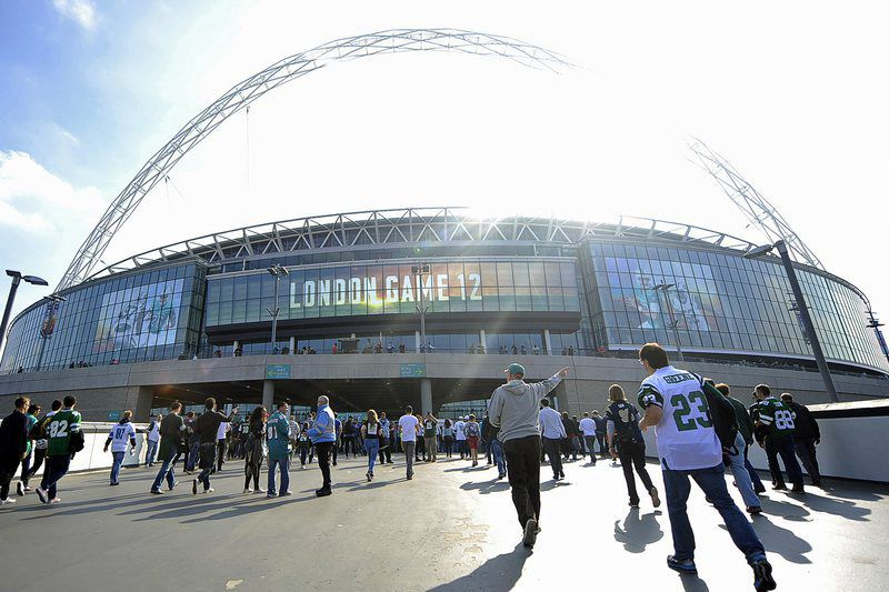 Miami Dolphins vs New York Jets • epa04962873 Fans arrive for the NFL International Series match between the Miami Dolphins and the New York Jets at Wembley in London, Britain, 04 October 2015.  EPA/GERRY PENNY • Lusa