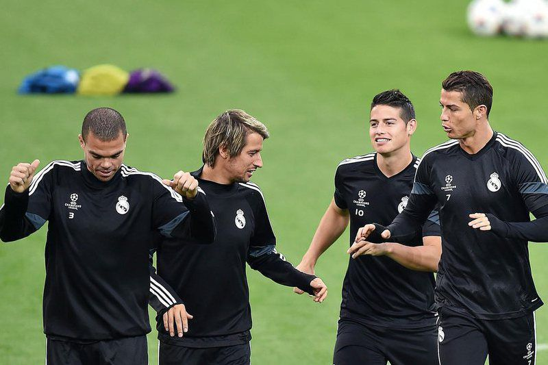 Real Madrid Training • epa04732889 Portuguese forward of Real Madrid Cristiano Ronaldo (R) with James Rodriguez (2nd R), Fabio Coentrao and Pepe (L) in action during a training session on the eve of the UEFA Champions League semi final soccer match between Juventus and Real Madrid in Turin, Italy, 04 May 2015.  EPA/ALESSANDRO DI MARCO • Lusa